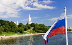 Kolomenskoe van het water met Russische vlag royalty-vrije stock afbeeldingen