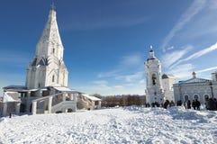 Kolomenskoye村庄全景有上生的古老圣乔治, 16世纪教会在左边和教会的  免版税库存照片