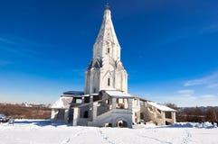 Kolomenskoye con la chiesa antica dell'ascensione durante il giorno soleggiato Kolomenskoye è una precedente proprietà reale immagine stock libera da diritti