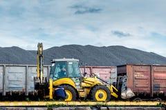Kolomlastning av järnväg vagnar Arkivbild