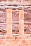 Kolommen bij oud theater in Petra Red Rose City, Jordanië stock afbeelding