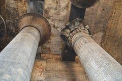 Kolommen binnen de tempel in Esna Stock Foto