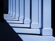 Kolommen in blauw royalty-vrije stock fotografie