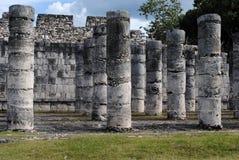 Kolommen door de Tempel van de Strijders Chichen Itza Stock Foto