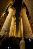 Kolommen in een oude Egyptische tempel bij nacht stock fotografie