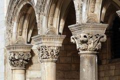 Kolommen en buitenkant van dvor van Knezev van het Hertog` s Paleis in Dubrovnik royalty-vrije stock foto's