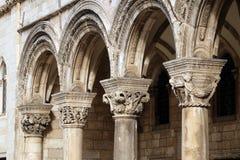 Kolommen en buitenkant van dvor van Knezev van het Hertog` s Paleis in Dubrovnik royalty-vrije stock afbeelding
