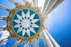 Kolommen en cirkel op bovenkant Stock Foto's