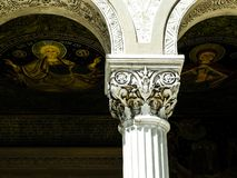 Kolommen en godsdienstige schilderijen in Heilige Peter en Saint Paul de Apostelenkathedraal, Constanta, Roemenië stock foto