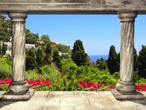 Kolommen en hoogste mening over landschap van Capri-eiland, Italië Royalty-vrije Stock Foto
