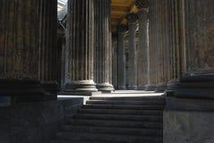 Kolommen en trede van oude kathedraal Stock Foto's