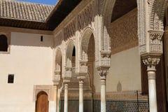 Kolommen in Islamitische (Moorse) stijl in Alhambra, Granada, Spanje Stock Foto's
