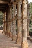 Kolommen met steen het snijden in binnenplaats van quwwat-Ul-Islam moskee, Qutab complexe Minar, Delhi stock afbeeldingen