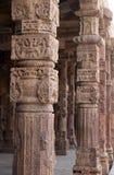 Kolommen met steen het snijden in binnenplaats van quwwat-Ul-Islam moskee, Qutab complexe Minar, Delhi royalty-vrije stock fotografie