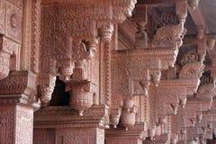 Kolommen met steen het snijden in het Rode Fort van Agra stock foto's