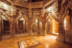 Kolommen met steenhulp in Indische tempelmuur Oud architectuurvoorbeeld met Jain-motieven, Jaisalmer van India Stock Afbeelding