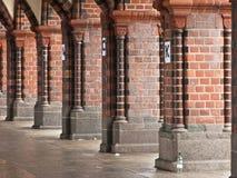 Kolommen ondersteunend een brugstructuur stock afbeelding