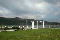 Kolommen op de waterkant van het meer in abrau-Dyurso Royalty-vrije Stock Foto's