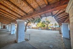 Kolommen in Oude Opdracht Santa Barbara stock fotografie