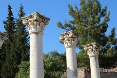3 kolommen van asclepion in Kos-Eiland, Griekenland met blauwe hemel en t Royalty-vrije Stock Afbeeldingen