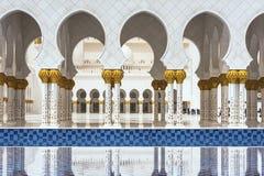 Kolommen van de grote moskee in Abu Dhabi Stock Afbeelding