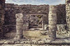 Kolommen van de Mayan ruïnes van Tulum stock afbeelding