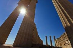Kolommen van de oude tempel in Lindos rhodos Griekenland stock foto