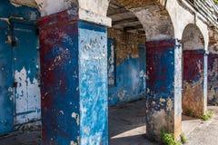 Kolommen van de oude verlaten bouw op industrieel stedelijk gebied met Royalty-vrije Stock Afbeeldingen