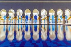 Kolommen van Grote Moskee in Abu Dhabi royalty-vrije stock fotografie