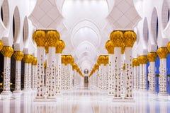 Kolommen van Grote Moskee in Abu Dhabi stock foto's
