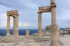 Kolommen van Hellenistic-stoa Akropolis van Lindos Rhodos, Griekenland Stock Foto's