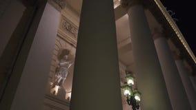 Kolommen van het Grote ` Theater van Bolshoi ` van Ballet en Opera bij nacht, Moskou stock video