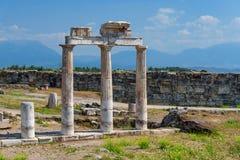 Kolommen van het oude gymnasium in de antieke stad van Hierapolis, Pamukkale, Turkije royalty-vrije stock afbeelding