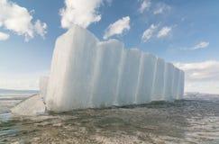 Kolommen van ijs op de bevroren oppervlakte van Meer Baikal Stock Afbeelding