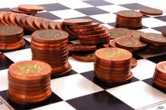 Kolommen van muntstukken op het schaakbord Stock Foto