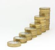 Kolommen van muntstukken tegen witte achtergrond Stock Foto's