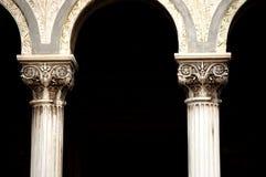 Kolommen van oude antieke orthodoxe Roemeense kerk Royalty-vrije Stock Afbeeldingen