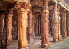 Kolommen van quwwat-Ul-Islam moskee, Qutb complexe Minar, New Delhi - India royalty-vrije stock afbeelding