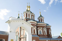 Kolomna克里姆林宫和太阳强光的一个教会 库存图片