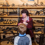 Kolomna,俄罗斯- 2017年1月03日:女性指南铁匠解决博物馆举办孩子的一次游览 库存图片