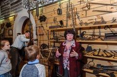 Kolomna,俄罗斯- 2017年1月03日:女性指南铁匠解决博物馆访客在中 库存照片