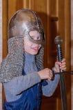 Kolomna,俄罗斯- 2017年1月03日:孩子在交互式程序投入了展览铁匠解决博物馆 免版税库存图片