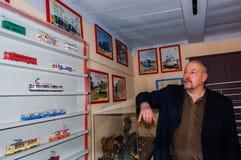 Kolomna,俄罗斯- 2017年1月03日:所有者电车博物馆显示他的汇集1:87模型 库存照片