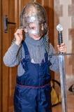 Kolomna,俄罗斯- 2017年1月03日:从铁匠解决博物馆汇集的男孩尝试的装甲 免版税库存照片
