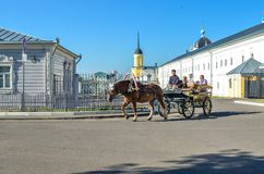 Kolomna, Россия - 11-ое августа 2018 Экипаж с кучерами и туристами нося лошади вниз по улице старого городка стоковое изображение rf