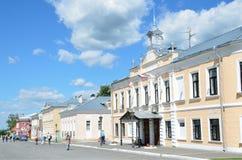 Kolomna Rosja, Czerwiec, 29,2014, Rosyjska scena: Ludzie chodzi blisko budynku poprzednia miejska rada wzdłuż ulicy Zdjęcie Stock
