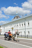 Kolomna Rosja, Czerwiec, 29,2014, Rosyjska scena: Ludzie w furgonie, rysującym białym koniem jadą wzdłuż ścian Święta trójca Obrazy Stock