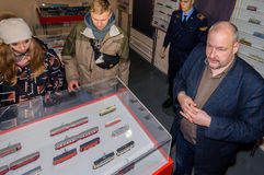 Kolomna Rosja, Styczeń, - 03, 2017: Przewdonik muzealne tramwaj miniatury wystawia eksponaty goście Zdjęcia Stock