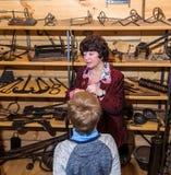 Kolomna Rosja, Styczeń, - 03, 2017: Przewdonika Blacksmith Osadniczy muzeum prowadzi wycieczkę turysyczną dla dzieciaków Obrazy Stock