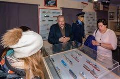 Kolomna Rosja, Styczeń, - 03, 2017: Właściciela tramwajowy muzeum eksponuje kolekcję miniatury gość Zdjęcie Royalty Free